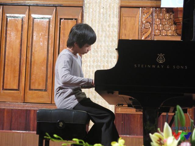 Vẻ lãng tử và tài năng chơi đàn điêu luyện của cậu bé Nguyễn Hoàng An Duy, khiến khán phòng reo hò không ngớt.