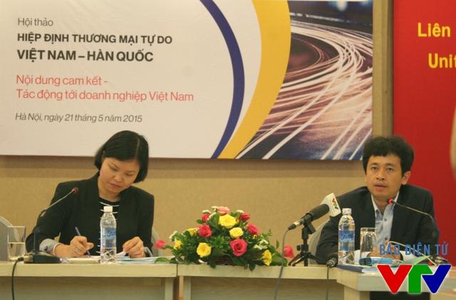 Ông Phạm Khắc Tuyên – Trưởng phòng Đông Bắc Á, Vụ Thị trường châu Á – Thái Bình Dương, thuộc Bộ Công Thương (phải) trong buổi Hội thảo.