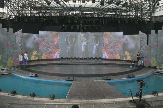 Sân khấu được thiết kế đặc biệt với nước bao quanh làm nơi thả đèn hoa đăng.