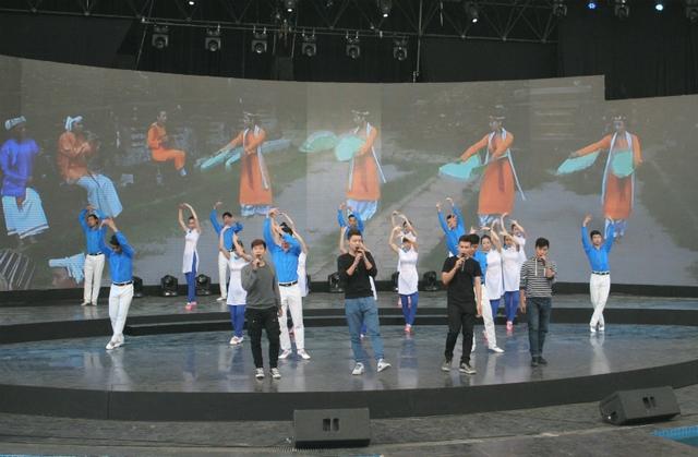 Bốn chàng trai của nhóm O Plus biểu diễn ca khúc Việt Nam, một sáng tác của Mai Khôi.