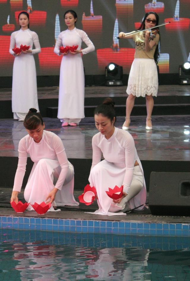 Những ngọn đèn hoa đăng được đặt bên dòng nước càng làm màn trình diễn trở nên lung linh hơn.
