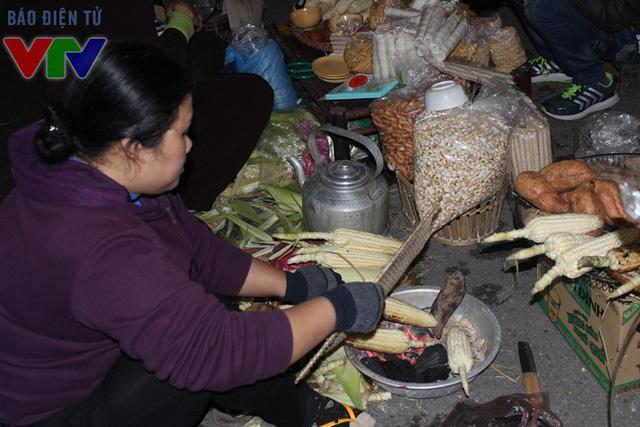 Nhiều quán cóc với các món ăn vặt quen thuộc của Hà Nội từ xưa đến nay được mở để phục vụ khách