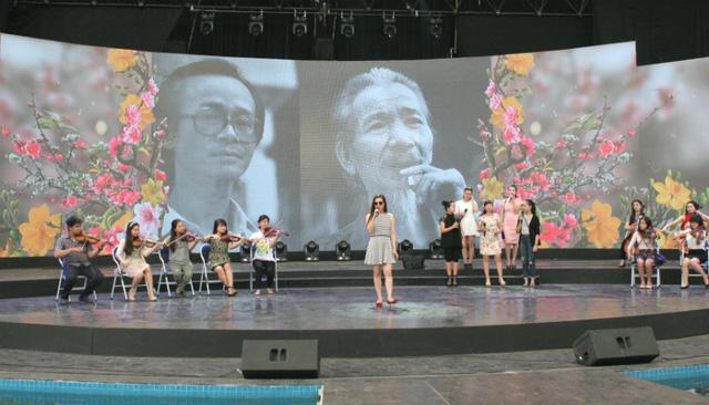 Tiết mục cũng là lời tri ân cố nhạc sĩ Văn Cao và Trịnh Công Sơn, với hình ảnh những bông hoa rực rỡ.