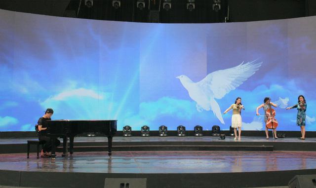 Tiết mục được đệm đàn piano và mang hình ảnh những cánh chim bồ câu trắng - biểu tượng của hòa bình.