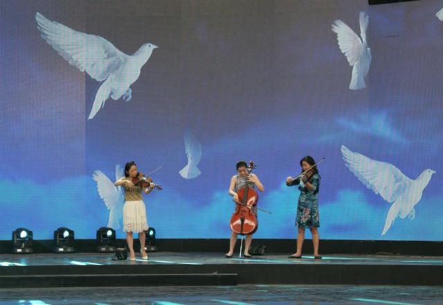 Nhóm tứ tấu Apaixonado còn trình diễn trong tiết mục Bài ca hy vọng, với hình ảnh những cánh chim bồ câu trắng.