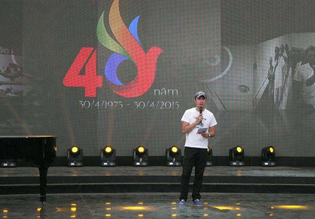 MC Anh Tuấn đảm nhiệm vai trò dẫn dắt chương trình ở đầu cầu Hà Nội.
