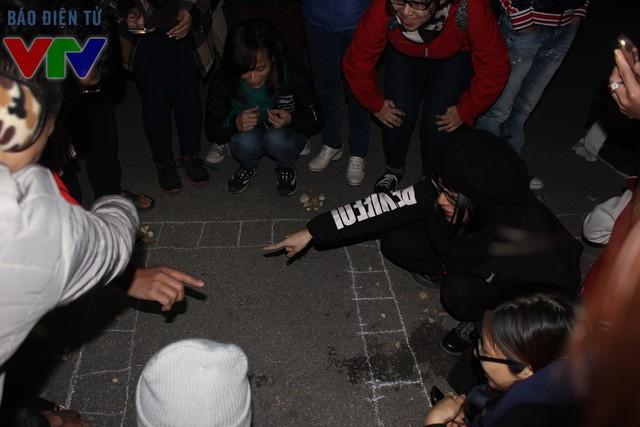 Mặc dù trời đã tối muộn, nhưng nhiều bạn trẻ vẫn hăng say trải nghiệm các trò chơi dân gian