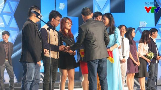Nhà báo Lại Văn Sâm trao giải thưởng cho các đội tại chung kết Giải thưởng Chim xanh 2015