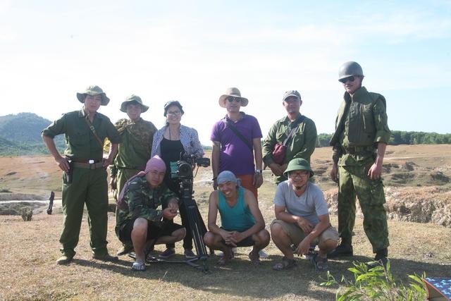 Đạo diễn Việt Hương và một số thành viên trong ê-kíp sản xuất