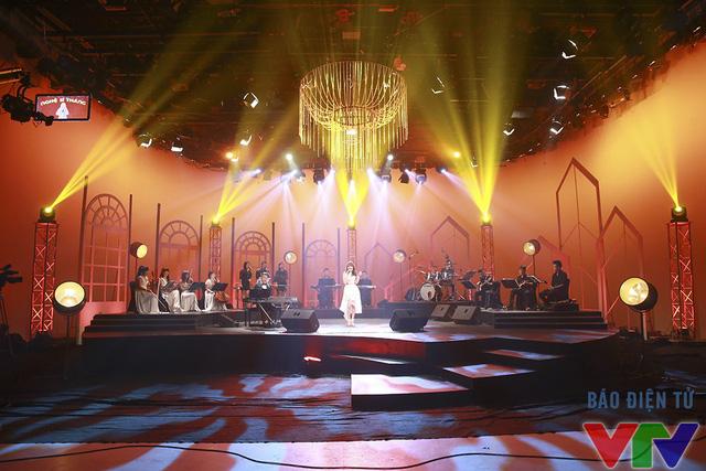 Nhật Thủy biểu diễn trong không gian âm nhạc huyền ảo của chương trình