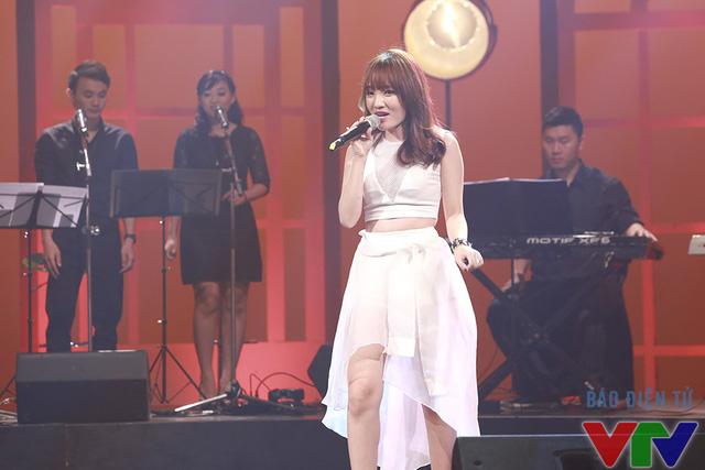 Nhật Thủy thể hiện ca khúc Làm quen mở đầu chương trình Nghệ sĩ tháng