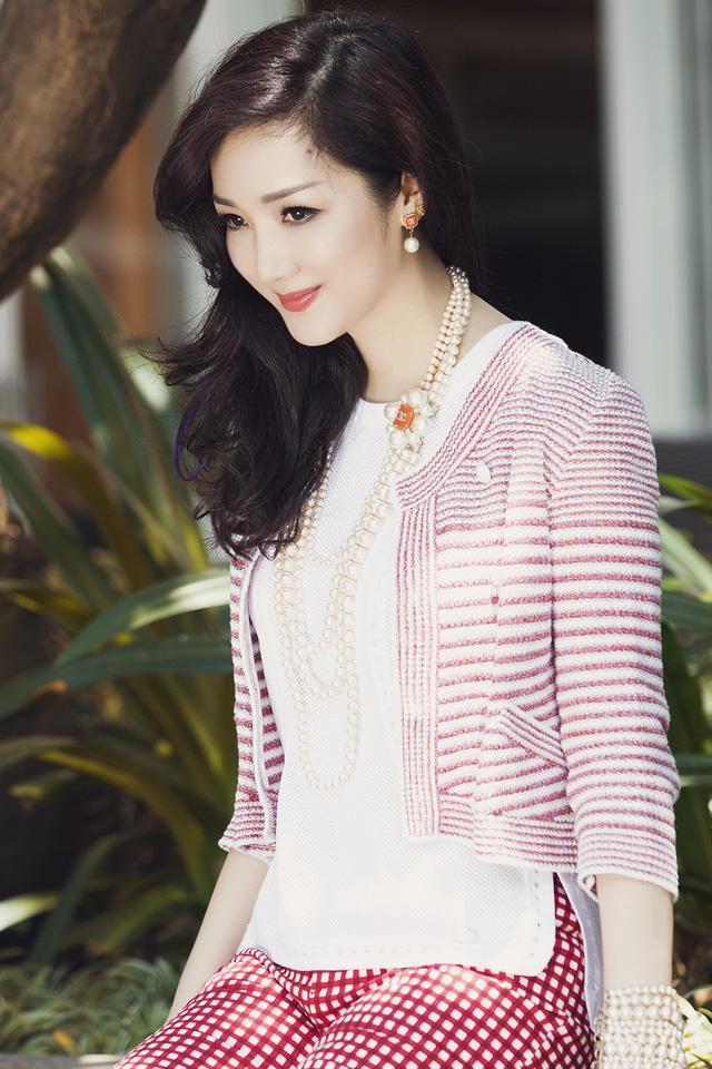 Khéo léo kết hợp các phụ kiện với trang phục khiến người đẹp vẫn quyến rũ và sang trọng với phong cách đường phố.