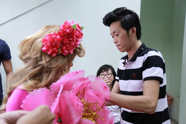 Tới lượt Việt Hương chuẩn bị ra sân khấu, Hoài Linh hỗ trợ bà xã chỉnh trang váy áo.