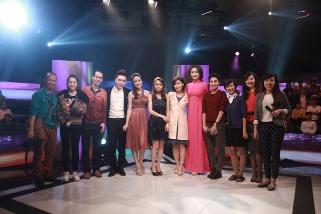 MC Phí Linh chụp ảnh với nhân vật, ê-kíp sản xuất và các bác sĩ.