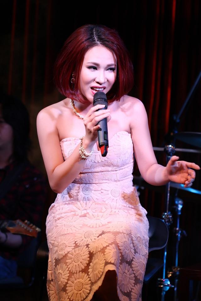 Nữ ca sĩ Uyên Linh