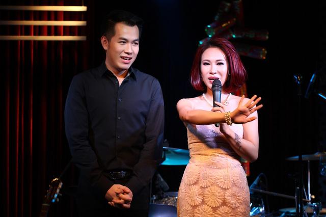 Uyên Linh song ca tình tứ bên ca sĩ bên Hồ Trung Dũng
