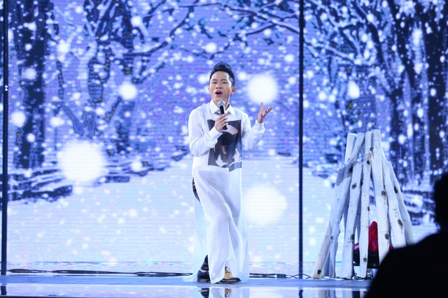 Tùng Dương thể hiện ca khúc Đường xa tuyết trắng