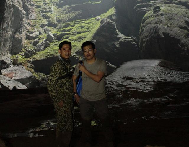 Anh Nguyễn Tài Văn (trái) trong hành trình làm phim Bản hòa tấu Sơn Đoòng.