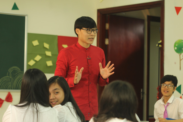 Minh Kiên trong lớp học Học Lịch sử thật tuyệt.