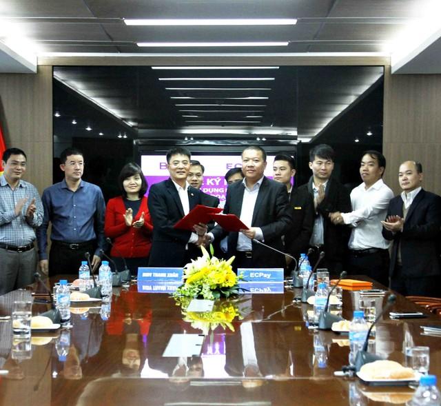 Ông Lại Tiến Quân và ông Lã Quang Bình đại diện 2 công ty ký kết hợp đồng