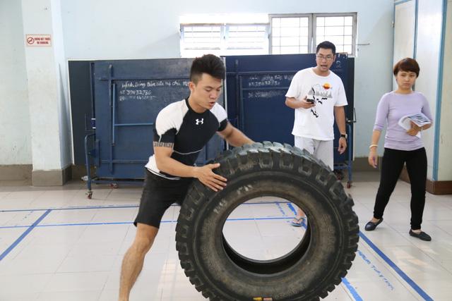 Chiếc lốp xe khá to và cồng kềnh gây khó khăn cho thí sinh khi thực hiện thử thách
