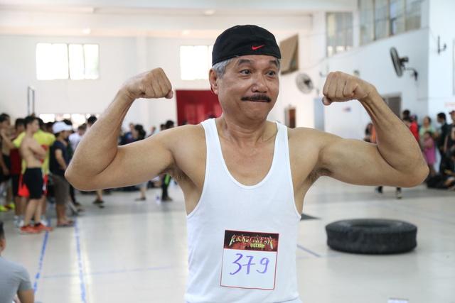 Một thí sinh lớn tuổi tham gia vòng sơ loại