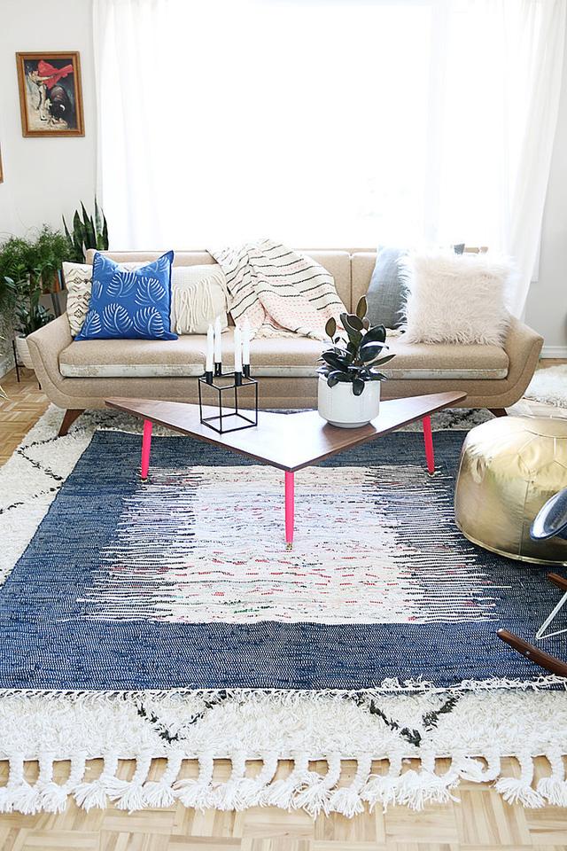Hãy để ý những chiếc thảm. Chúng sẽ góp phần không nhỏ giúp không gian phòng khách trở nên ấm cúng và đẹp hơn.