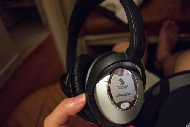 Để nghe nhạc hoặc xem film giải trí, hành khách có thể sử dụng tai nghe Bose