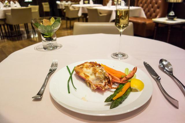 Hành khách có thể thưởng thức rất nhiều món ăn hảo hạng tại phòng ăn