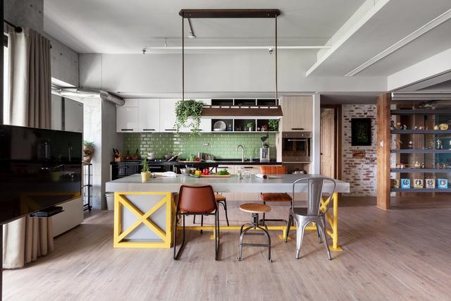 Căn hộ trở nên thoáng đãng nhờ việc phá bỏ bức tường ngăn cách giữa phòng bếp và phòng khách