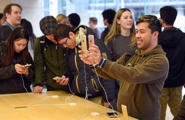Khách hàng có thể được mượn iPhone 6 bản 16GB trong khi chờ sửa máy. (Ảnh: Apple)