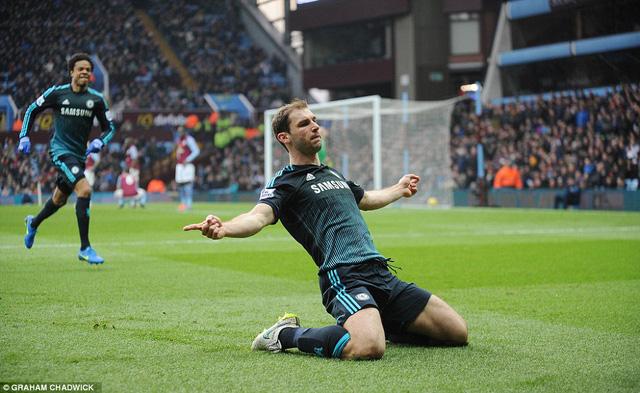 Ivanovic công thủ toàn diện trong trận cầu Chelsea giành trọn 3 điểm trước Aston.