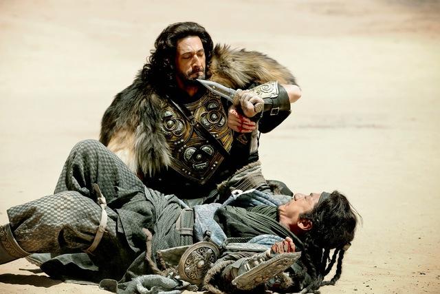 Adriend Brody và Thành Long trong một cảnh quay. (Ảnh: amazingjingforlife)