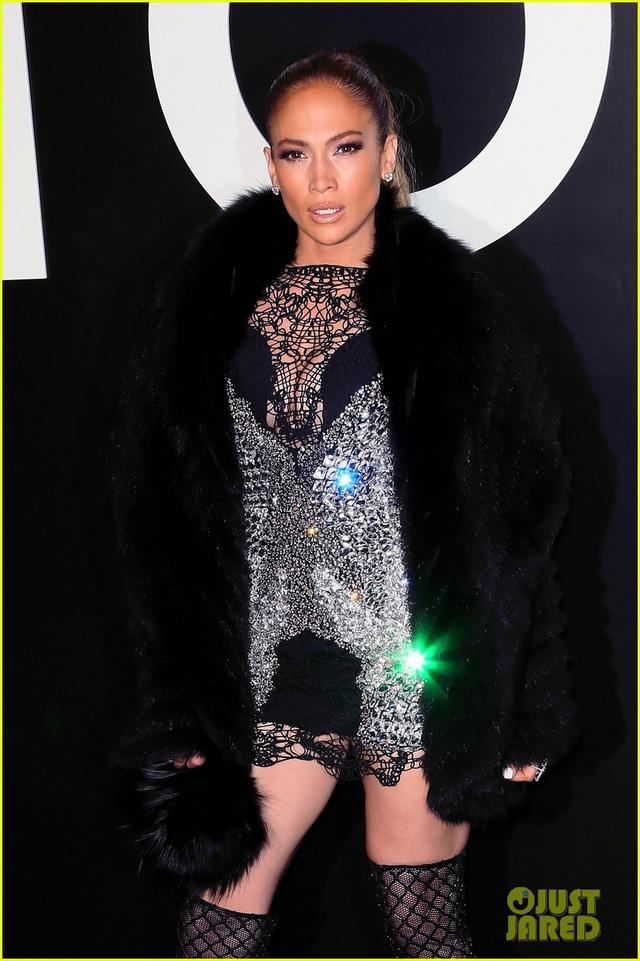 Jennifer Lopez thu hút mọi ánh nhìn với bộ váy nóng bỏng kết hợp giữa ren và đính đá