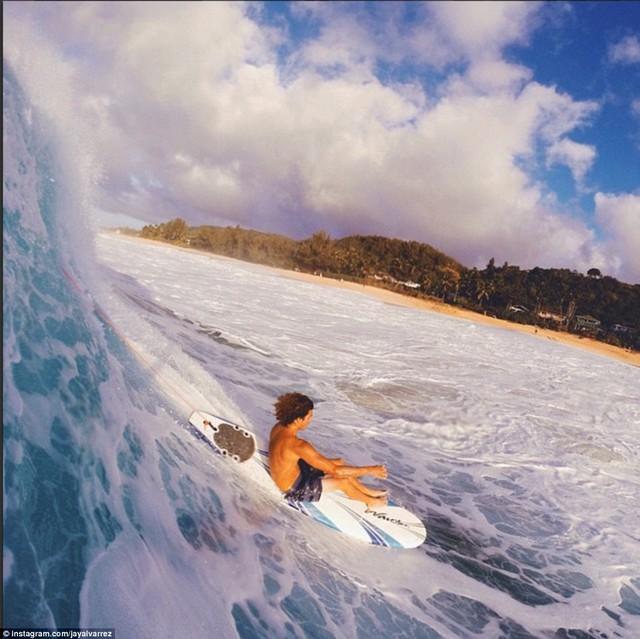 Alexis chụp ảnh bạn trái lướt sóng ở góc rất lạ