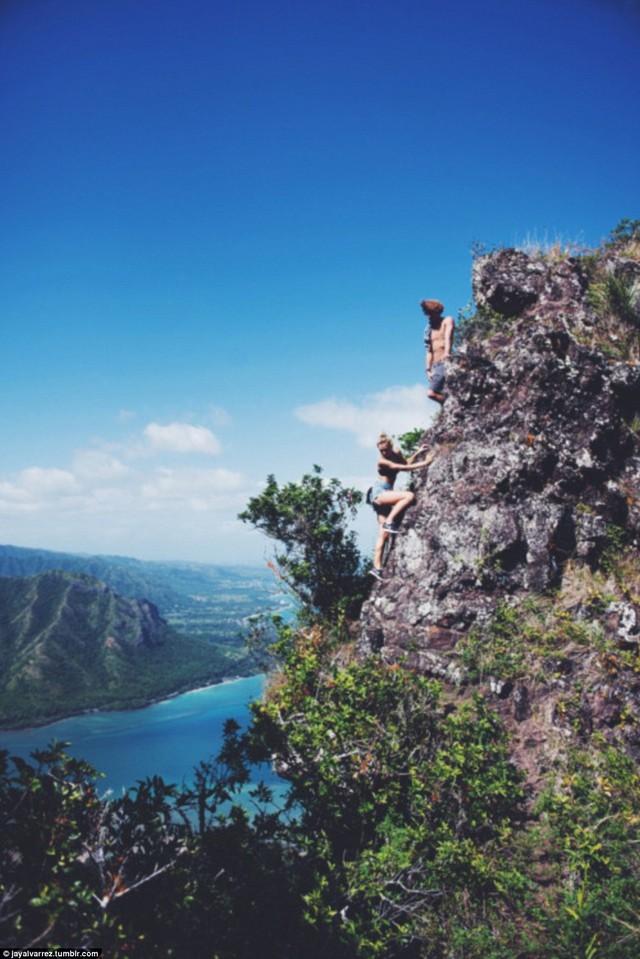 Alexis đang leo lên đỉnh ngọn núi cheo leo khi Jay đang đứng chờ phía trên.