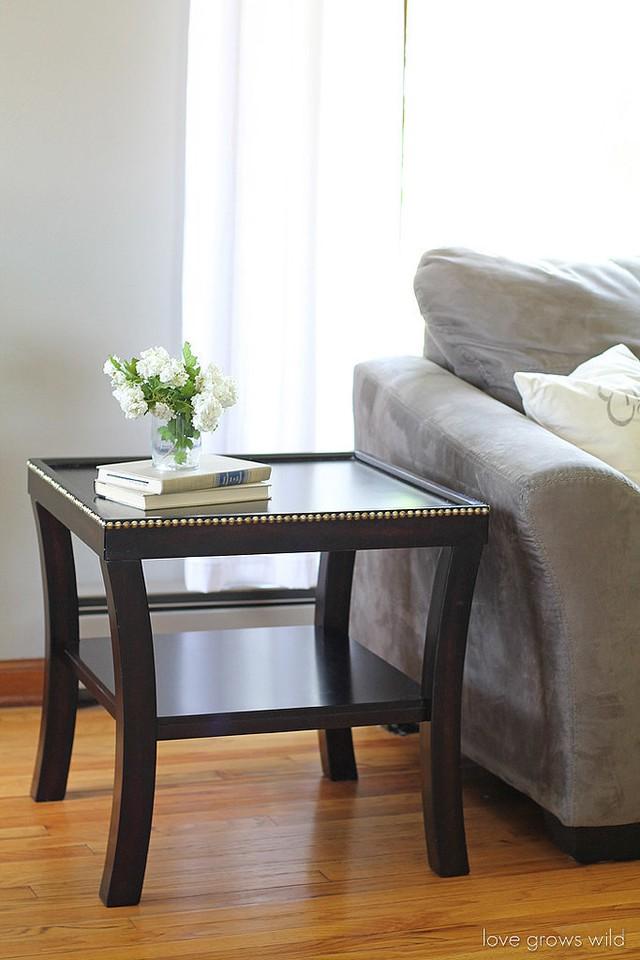 Viền của chiếc bàn này đã nổi bật hơn nhờ cách sáng tạo đính những viên đá thường để trang trí cho móng tay.