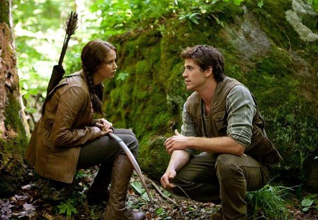 Liam Hemsworth và Jennifer Lawrence trong một cảnh phim The Hunger Games.