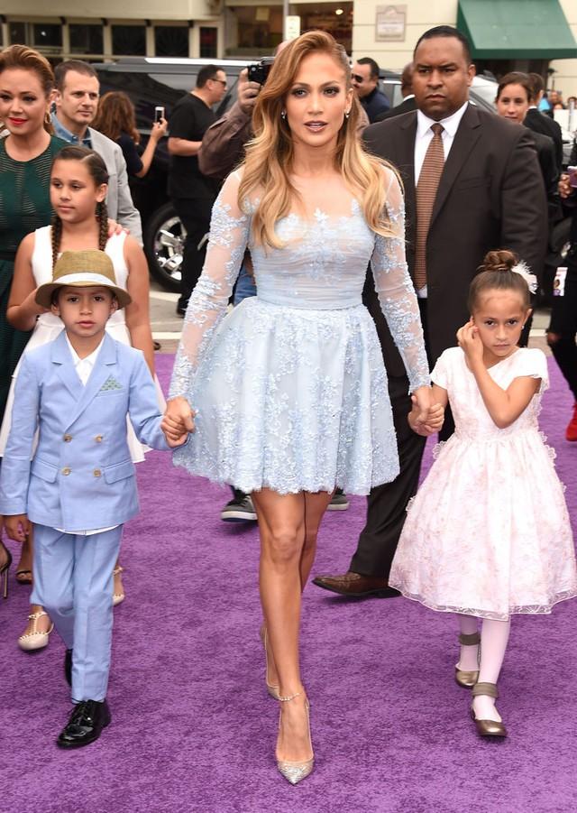 Cả ba mẹ con nữ ca sĩ Jennifer Lopez nổi bật khi cùng đến buổi ra mắt phim Home.