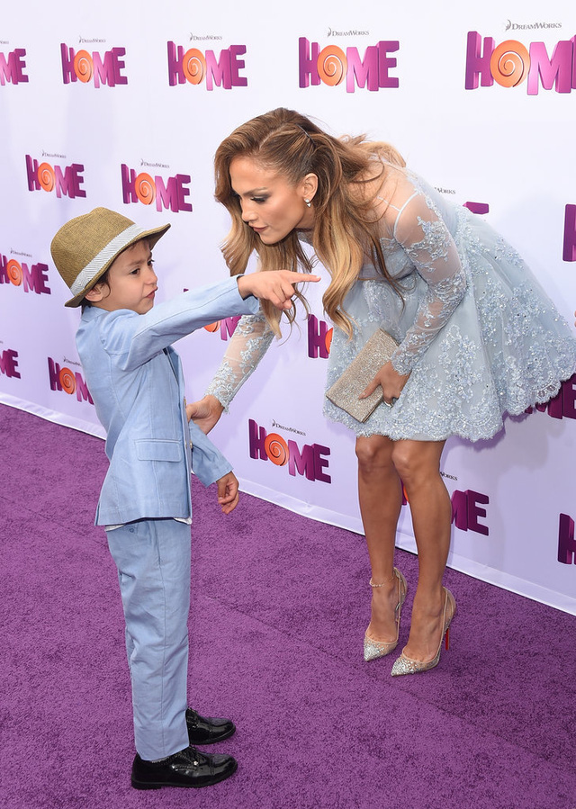 Trong khi, cậu con trai Max của cô bảnh bao trong bộ vest xanh và giầy da bóng lộn.