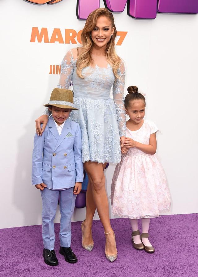 Jennifer điệu đà và nữ tính với chiếc váy ren ngắn.