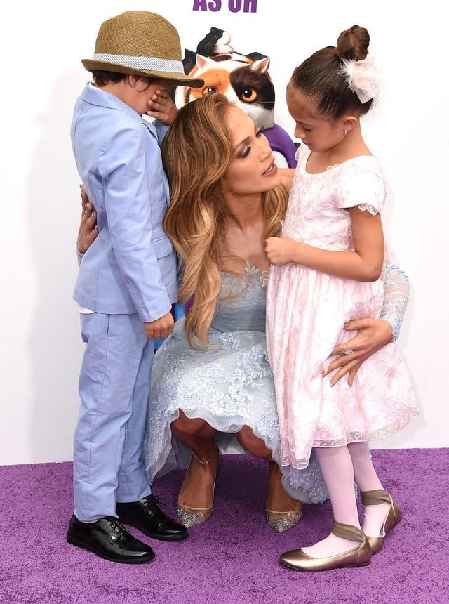 Jennifer luôn gần gũi hai con và giải đáp những thắc mắc của con.