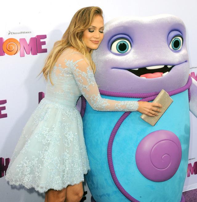Cô cũng thích thú tạo dáng bên hình ảnh nhân vật trong phim Home.