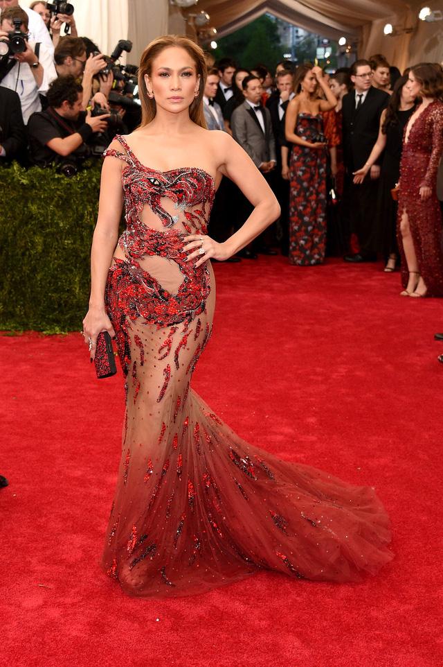 Ở tuổi 45, Jennifer Lopez vẫn khiến nhiều phụ nữ ghen tị bởi vẻ đẹp vượt thời gian của mình