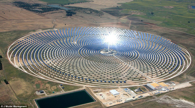 Tháng 7 năm 2015, Jessica Minh Anh tổ chức chương trình mang dấu ân lịch sử lần thứ 10 của mình với sàn diễn năng lượng mặt trời đầu tiên trên thế giới tại nhà máy Gemasolar tại Sevilla, Tây Ban Nha. (Ảnh: J Model Management)
