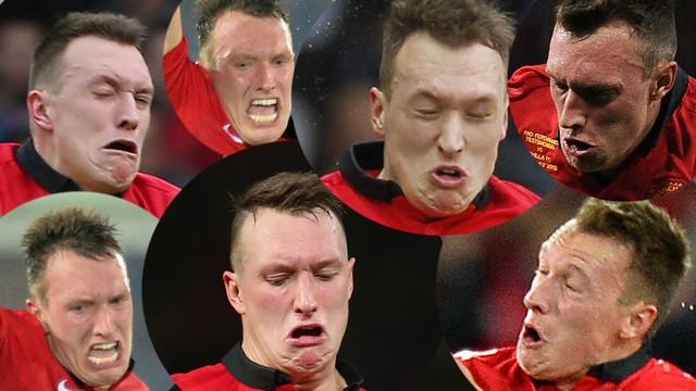 Khuôn mặt đầy biểu cảm của Phil Jones khi thi đấu trên sân cỏ.