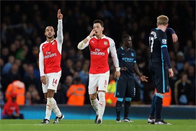 Arsenal (áo đỏ) đang đứng trước thời cơ để vô địch Premier League mùa giải năm nay