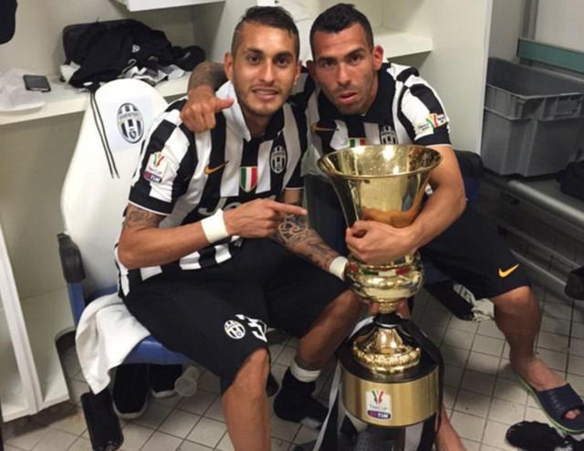 Tevez (phải) tuy không trực tiếp ghi bàn nhưng là nhân tố chủ chốt giúp Juve giành chức vô địch Coppa Italia sau 20 năm chờ đợi.
