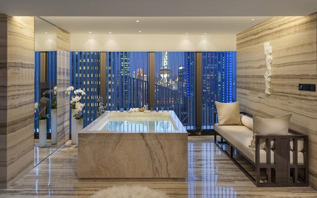 Nằm trên tầng 25 của khách sạn, phòng tổng thống ở đây có hầm rượu vang riêng, quầy rượu. Đặc biệt, ở đây còn có khu vườn lãng mạn với tầm nhìn bao quát toàn Thượng Hải.