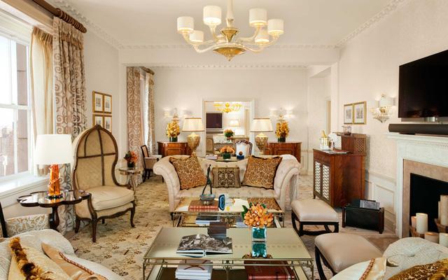 Khách sạn The Pierre nằm ngay đối diện Central Park ở New York. Tọa lạc trên tầng thứ 39, căn phòng cao cấp ở đây có phòng tập thể dục và các phòng nghỉ theo phong cách cổ điển.